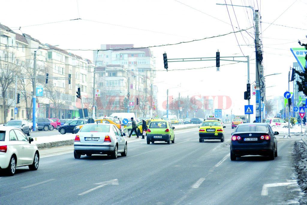 Încă nu s-a găsit o soluţie pentru semafoarele de la mall care nu funcţionează (Foto: Bogdan Grosu)