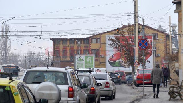 Semafoarele din intersecţia bulevardului Nicolae Titulescu cu străzile Amaradia şi C. Brâncuşi nu funcţionează (Foto: Bogdan Grosu)