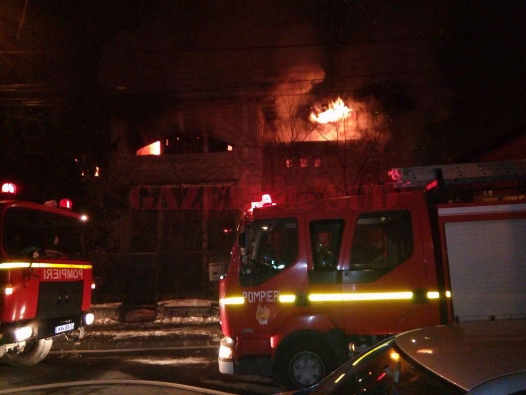 A fost nevoie de mai bine de cinci ore pentru ca pompierii  să lichideze focul (Foto: Bogdan Grosu)