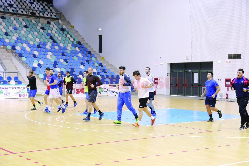 Handbaliştii de la CS Universitatea au efectuat primele antrenamente din 2017 în Sala Polivalentă (Foto: Lucian Anghel)