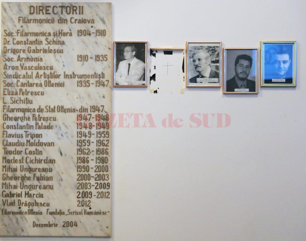 Tabloul lui Mihai Ungureanu a fost vandalizat. În locul lui a fost desenată o cruce. Directorul interimar Dorin Măciucă spune că nu ştie cine este făptaşul (Foto: Bogdan Grosu)