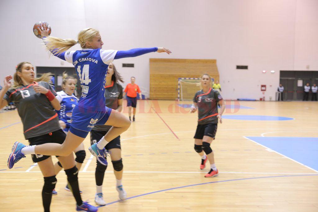 Zelijka Nikolic (la minge) a făcut un joc bun. Sârboaica a marcat șase goluri (foto: Lucian Anghel)
