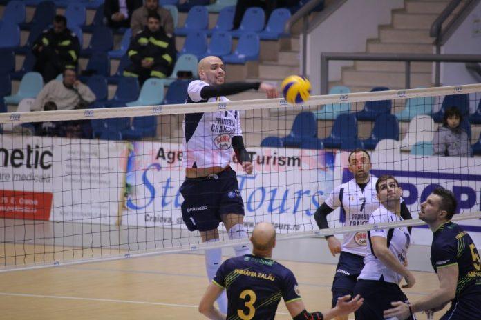 Marcel Keller (la minge) şi colegii săi nu au cedat nici un set echipei din Zalău (foto: Lucian Anghel)