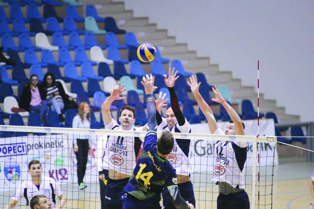 Jucătorii craioveni (în tricou alb) şi-au luat revanşa după înfrângerea din turul campionatului (Foto: Lucian Anghel)
