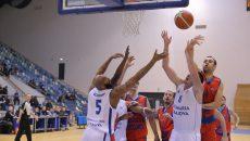 Craiovenii (în alb) au fost aproape de o victorie în faţa campioanei (foto: Lucian Anghel)