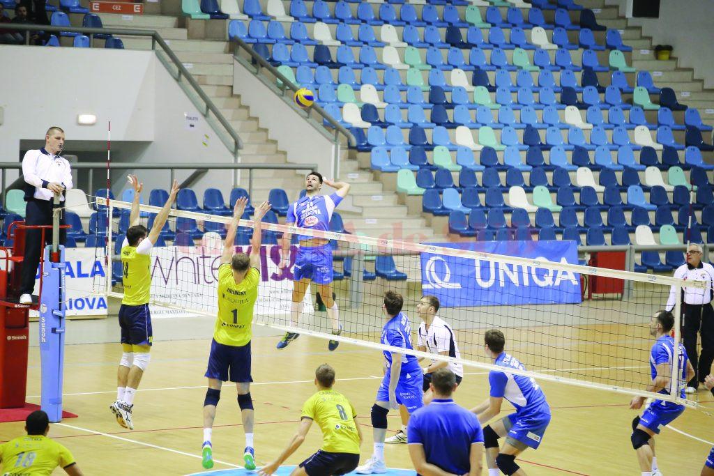 Jucătorii craioveni (în albastru) nu vor să mai facă paşi greşiţi în campionat (Foto: arhiva GdS)