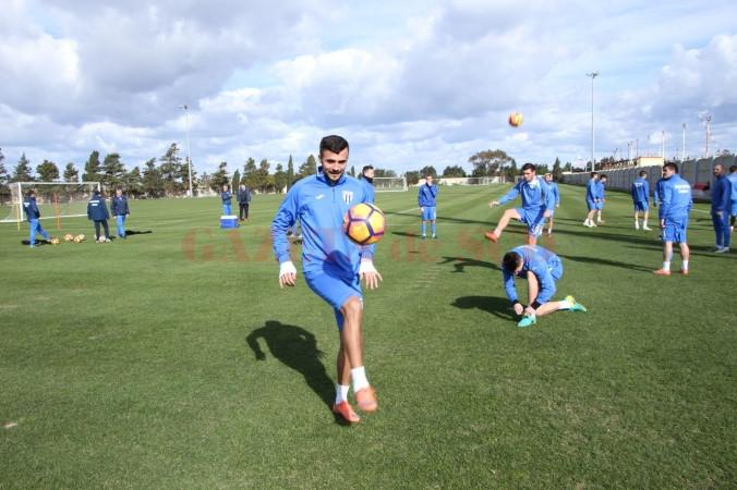 Simon Măzărache (la minge) își dorește să ajute cât mai mult echipa în 2017 (Foto: csuc.ro)