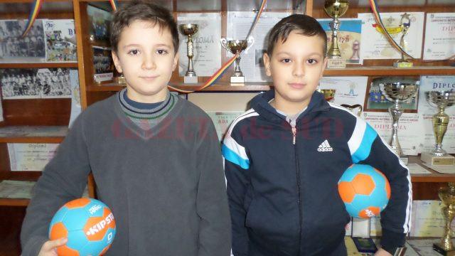 Eduard Pirlogea şi Alex Alniţi sunt doi dintre componenţii echipei de minihandbal a clubului din Băileşti