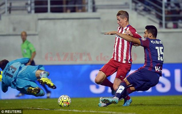 Fernando Torres (în roșu) și colegii săi de la Atletico au trecut de Eibar