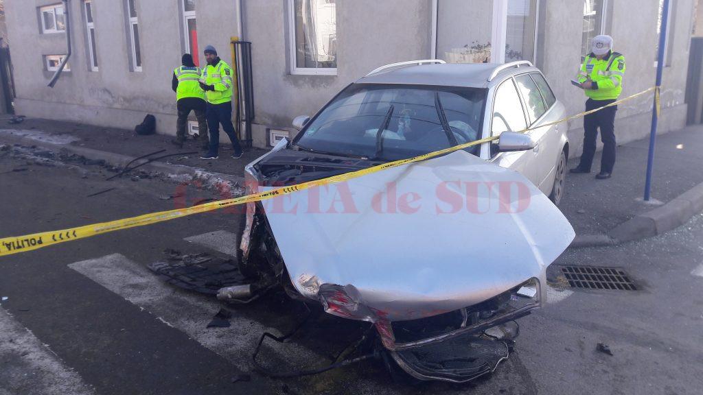 Maşina care circula regulamentar a fost lovită de un şofer care fugea de poliţie (FotoŞ Mihai Căruntu)