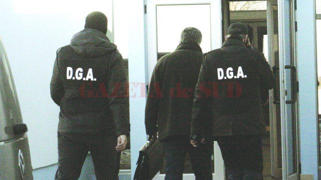 În octombrie, anul trecut, ofițerii anticorupție au ridicat cinci inculpați din acest dosar