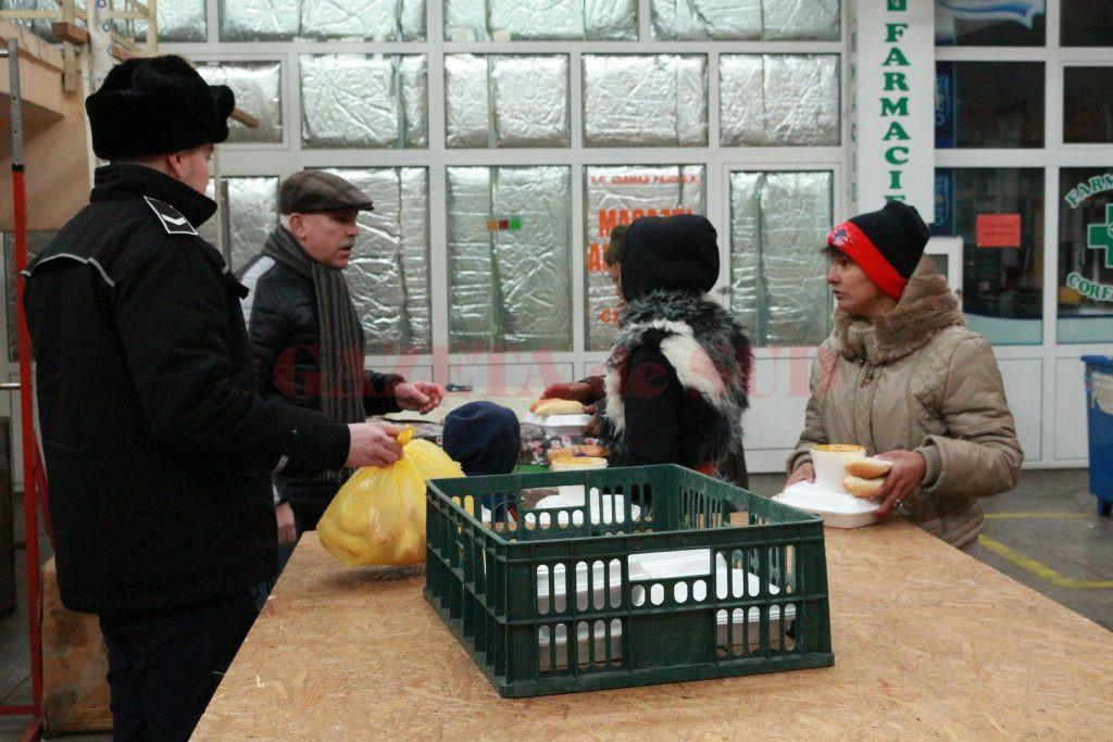 Oamenii s-au bucurat de hrana caldă  (Foto: Eugen Măruţă)