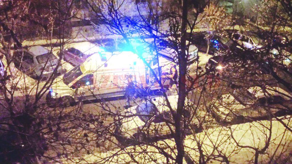 Un cititor GdS a surprins momentul în care tânărul rănit a fost preluat de o ambulanță (Foto: cititor GdS)