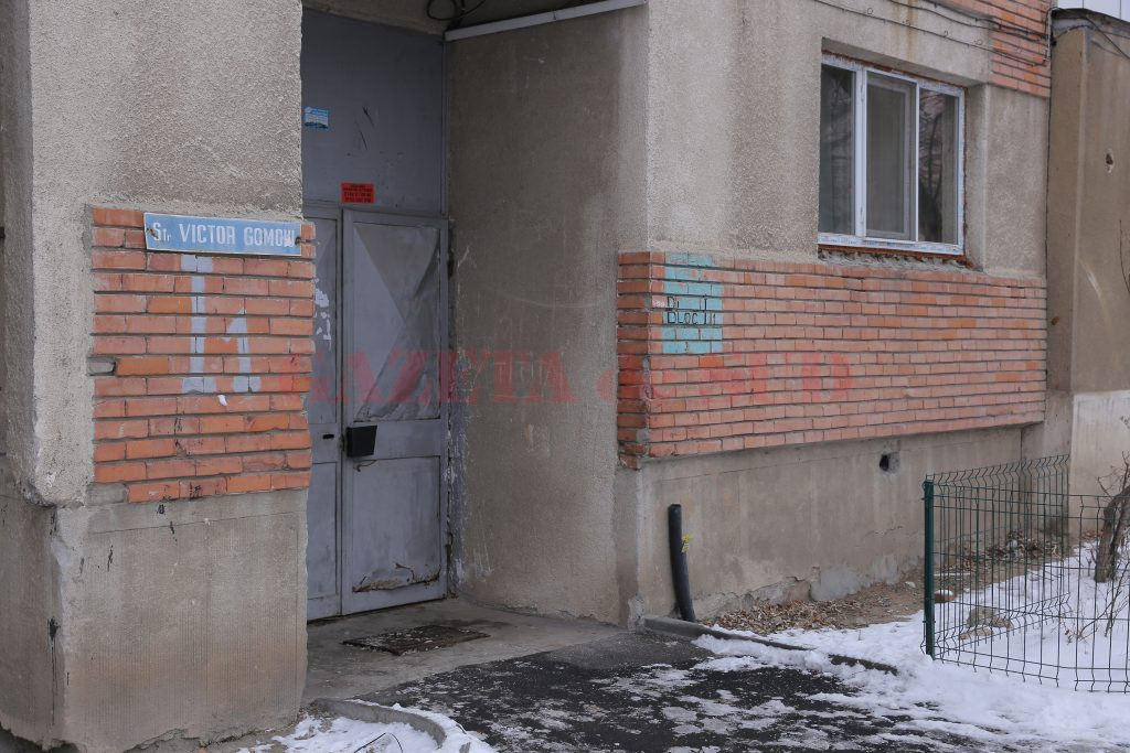 Proprietarul din blocul I1 de la apartamentul 16 plătește pentru două surse de încălzire