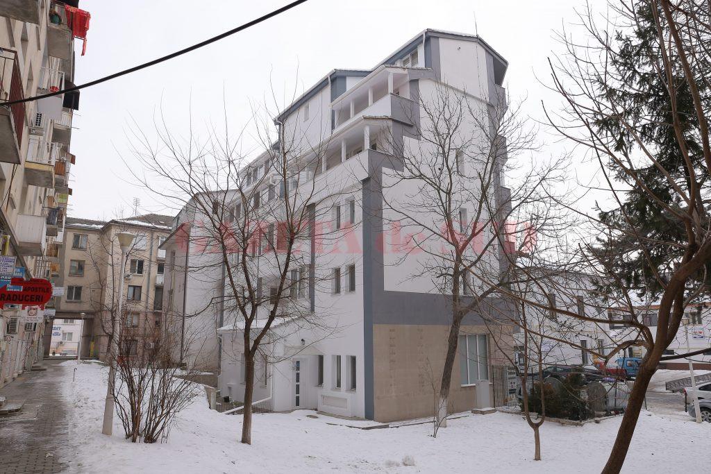 Construcția are trei-patru etaje și mansardă