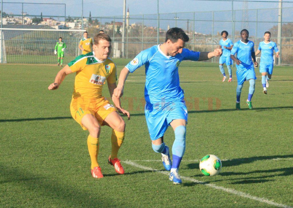 Bogdan Bucurică (la minge) vrea să rămână liber și să vină la Craiova (Foto: csconcordia.ro)