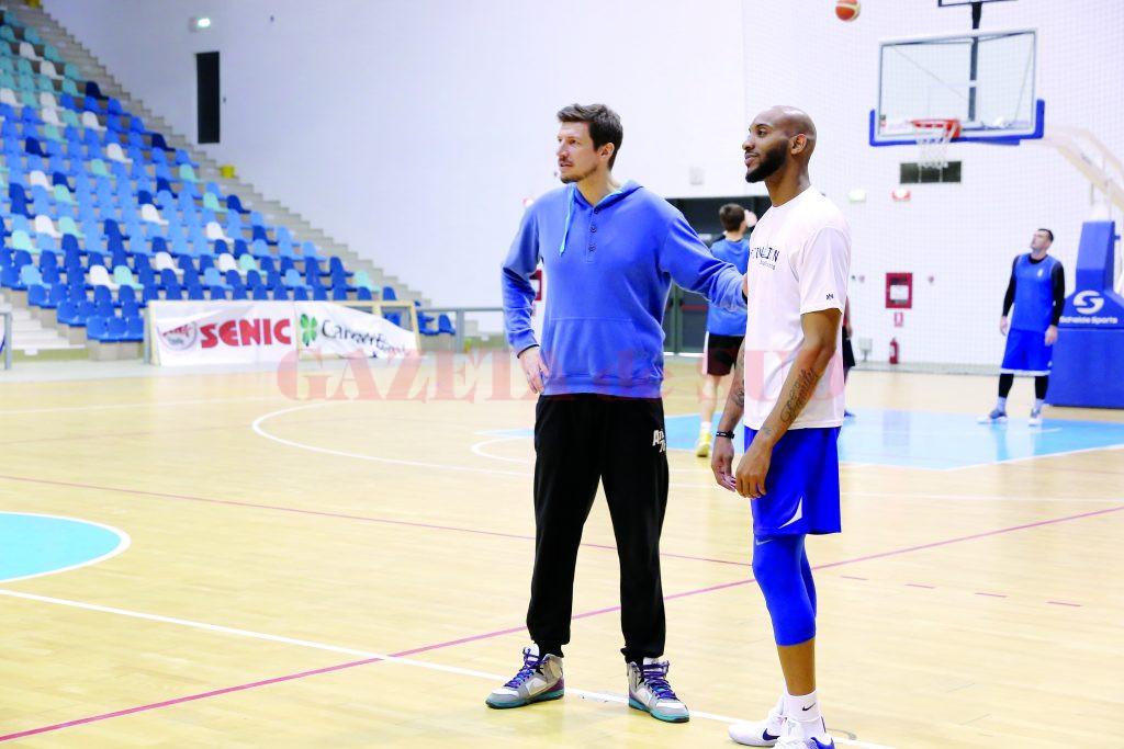 Odată cu revenirea lui Travis Bureau (dreapta), antrenorul Vladimir Vuksanovic are mai multe soluţii să redreseze jocul echipei (Foto: Lucian Anghel)