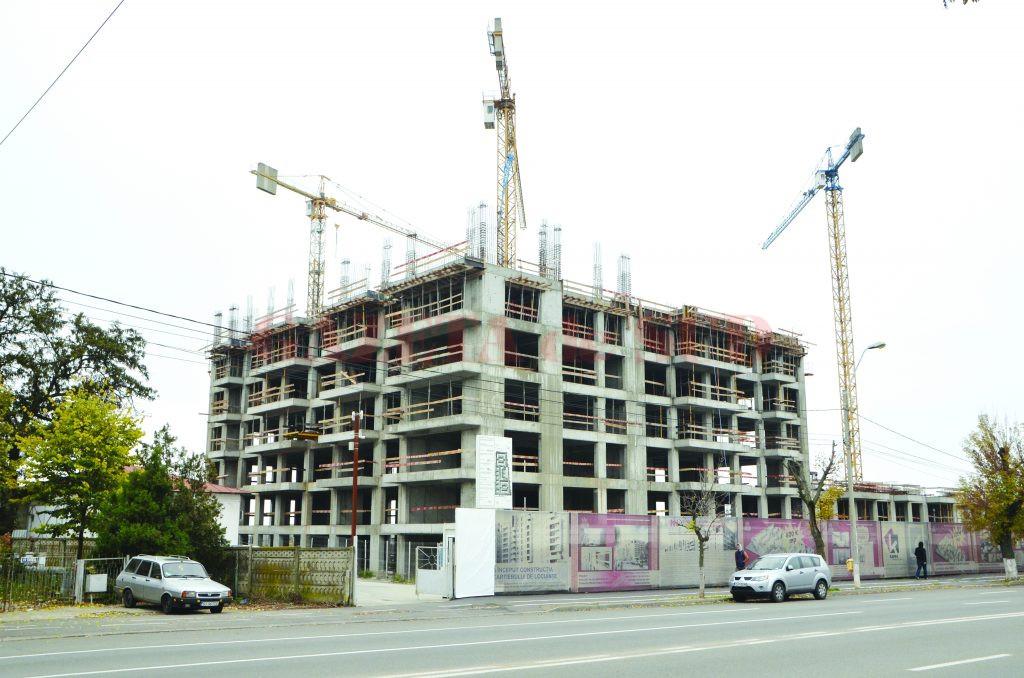 La cartierul de locuințe de pe strada Caracal nu s-au putut finaliza, în doi ani, nici măcar 250 de apartamente, din totalul de 1.850 (Foto: GdS)