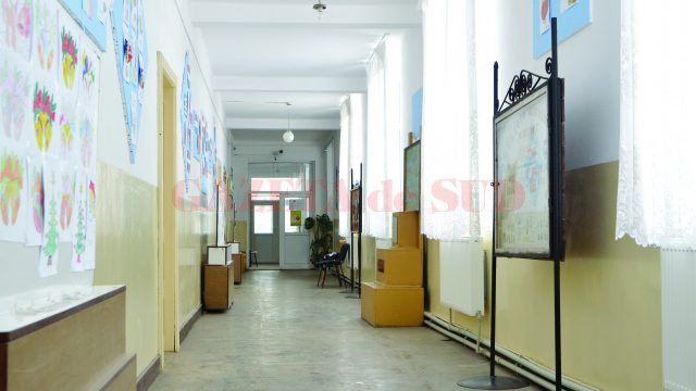 Centrala școlii nu face față în această perioadă, iar frigul se resimte din plin pe holurile unității școlare