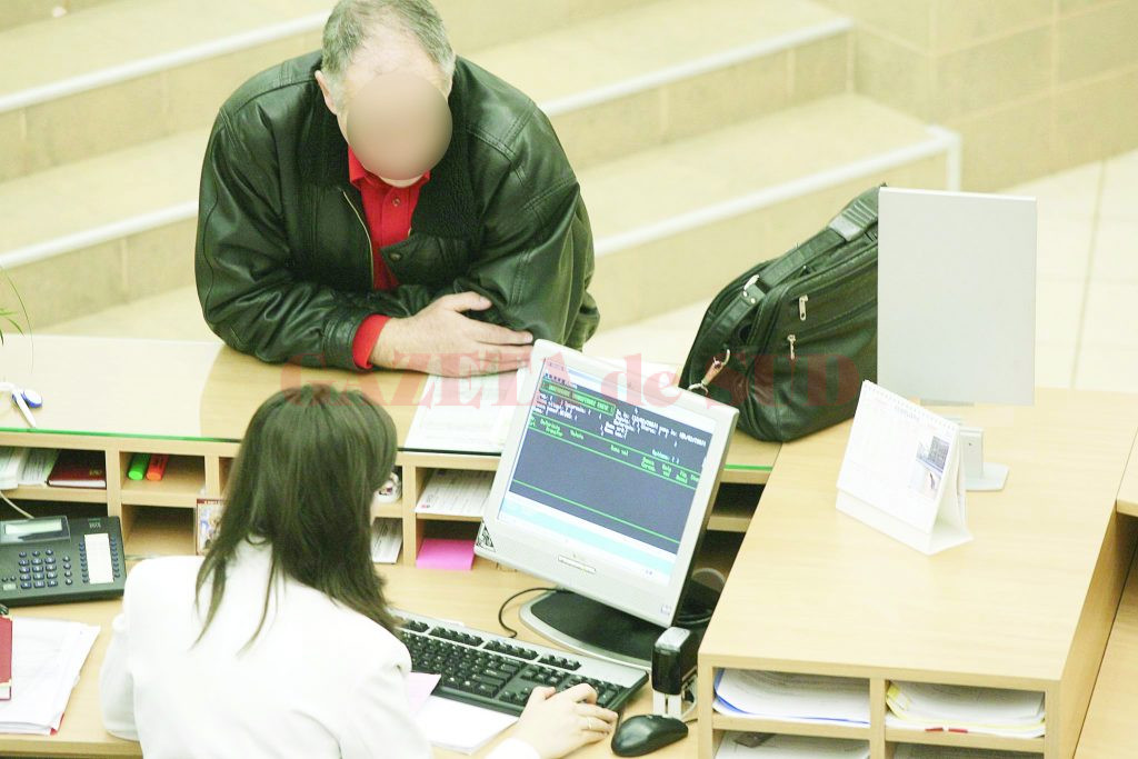 Persoanele care decid să își constituie depozite pe termen scurt sau cu plata lunară a dobânzii ajung mai mult să piardă  dacă își țin banii în bănci (Foto: click.ro)