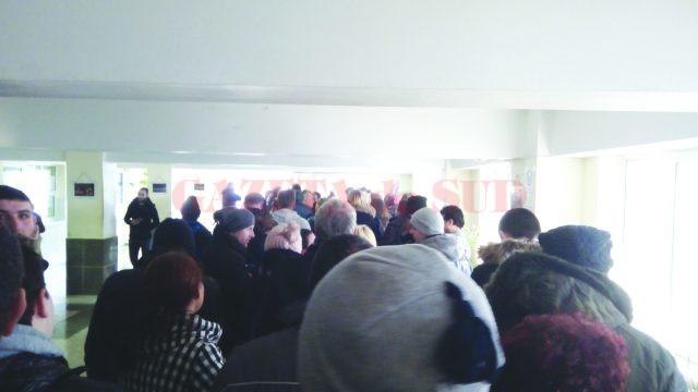 Sute de persoane stau zilnic la coadă pentru a obține cazierul judiciar (Foto: cititor GdS)