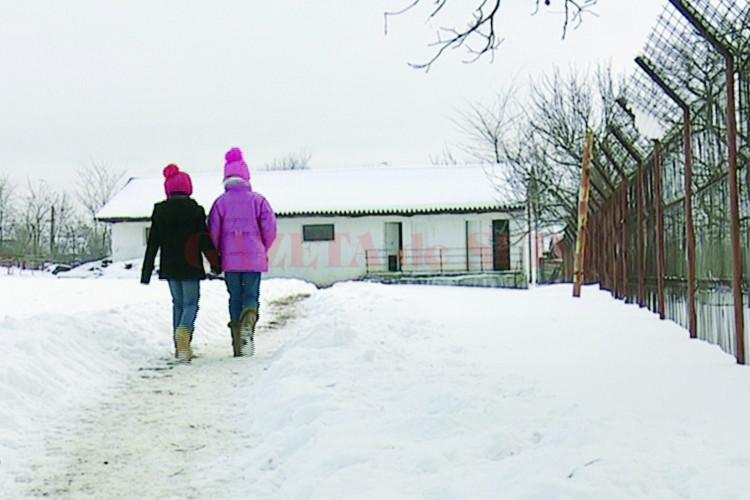 Elevii de la Școala Gimnazială Izvoare au grupurile sanitare peste stradă de unitatea de învăţământ, la distanță de aproximativ 200 de metri, fără chiuvete cu apă curentă și fără căldură