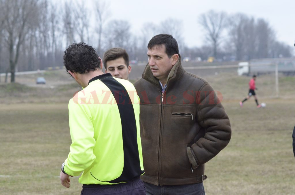 Marian Ezaru (dreapta) le dă mereu sfaturi arbitrilor tineri (Foto: Alexandru Vîrtosu)