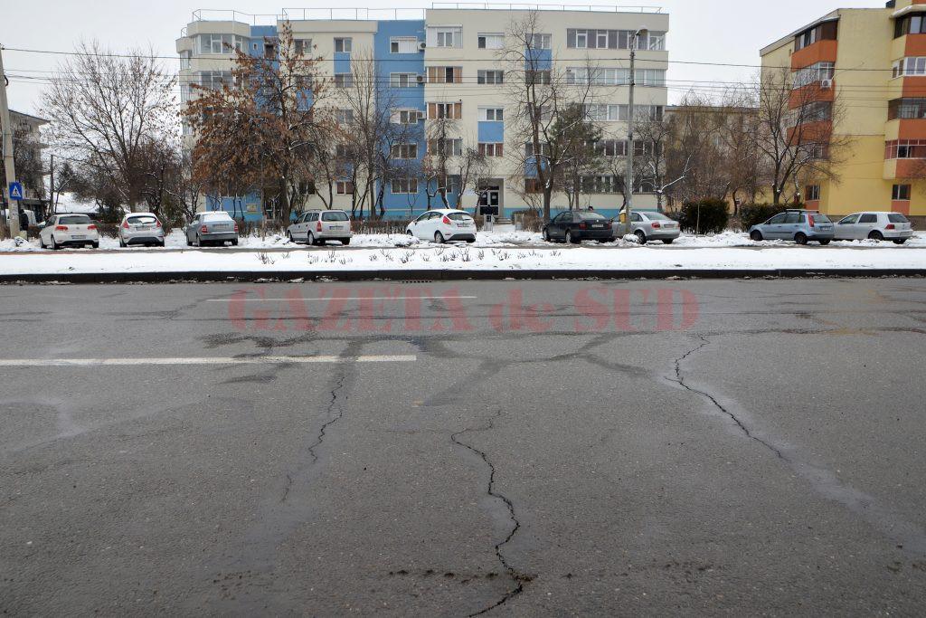 Pe bulevardul 1 Mai, fisurile colmatate anul trecut nu au ținut, iar asfaltul a crăpat serios,  dar drumul nu a mai fost reabilitat de mult  (Foto: Bogdan Grosu)