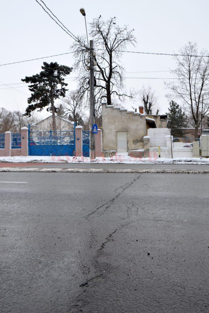 Pe strada Caracal, reabilitată cu fonduri europene și recepționată la sfârșitul anului 2014, au început să apară tot mai multe fisuri în asfalt  (Foto: Bogdan Grosu)