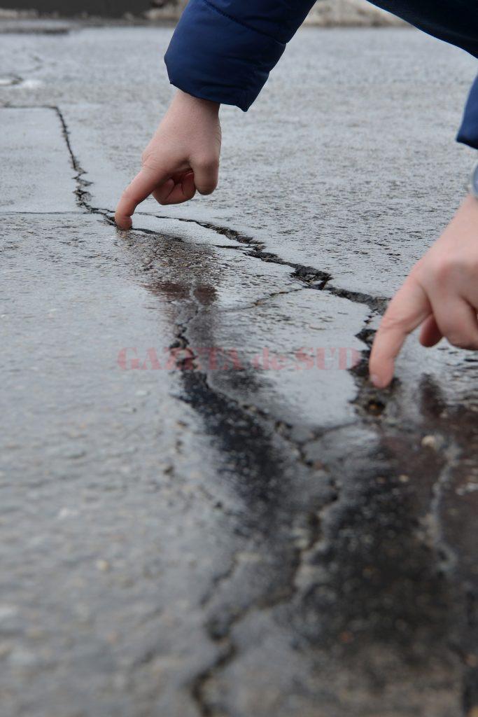 Fisurile de pe strada Râului, colmatate anul trecut, au crăpat atât de mult încât poți să bagi mâna în asfalt (Foto: Bogdan Grosu)