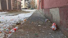 În spatele Căminului studențesc nr. 10, din cartierul Lăpuș-Argeș se strâng tot timpul  gunoaie, pentru că unii studenți preferă să le arunce pe geam, în loc să le ducă la tomberon (Foto: Bogdan Grosu)