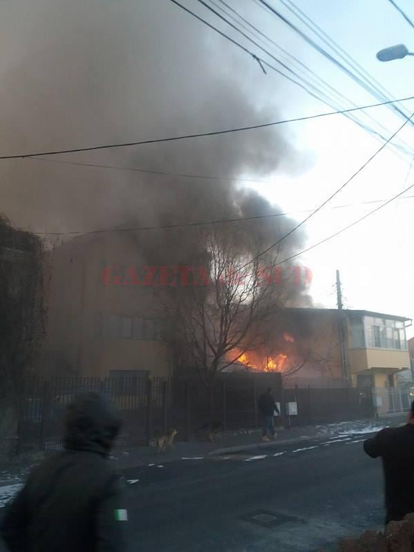 Incendiul a mistuit trei case (Foto: Eugen Măruţă)