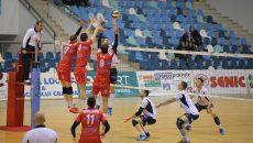 Laurenţiu Lică (în tricou alb) şi colegii săi au pierdut manşa tur cu gălăţenii şi au şanse mici să se califice în finala Cupei României (foto: Claudiu Tudor)