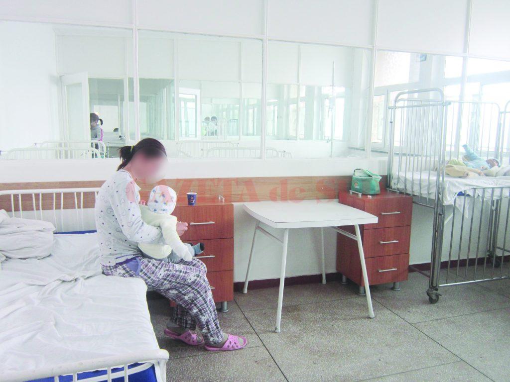 În Clinicile de Pediatrie, toate paturile sunt ocupate. Medicii încearcă să facă față numărului mare de copii care ajung la spital cu tuse, febră și uneori cu simptome chiar mai severe. ()