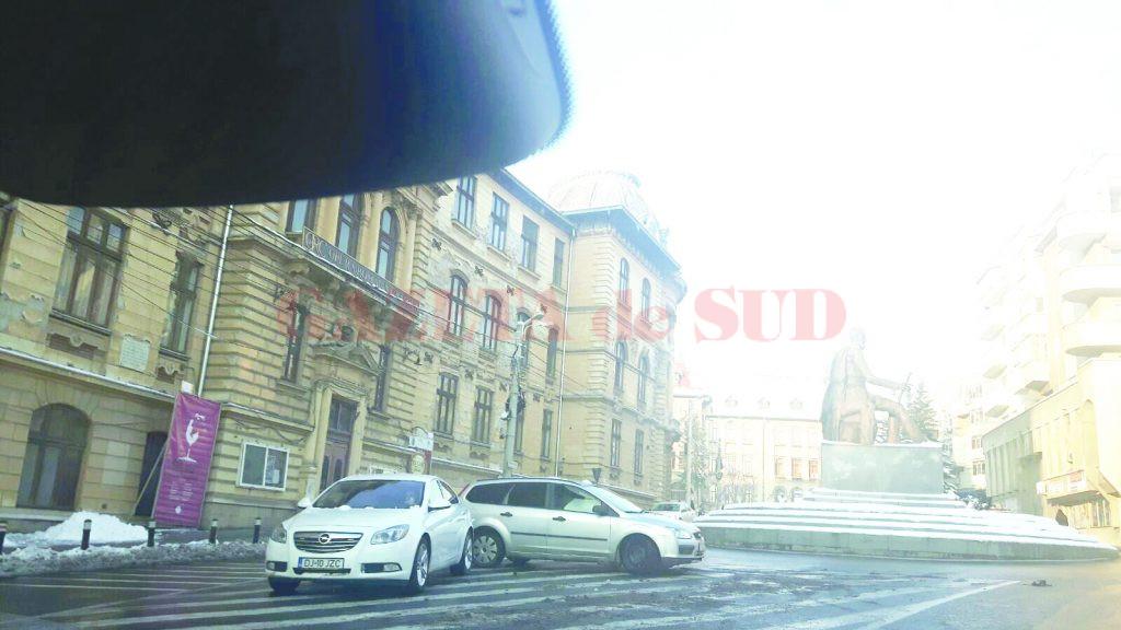 """Un cititor GdS a surprins și fotografiat unul dintre autoturismele Primăriei Craiova, oprit neregulamentar în apropierea Colegiului Național """"Carol I"""" (Foto: cititor GdS)"""