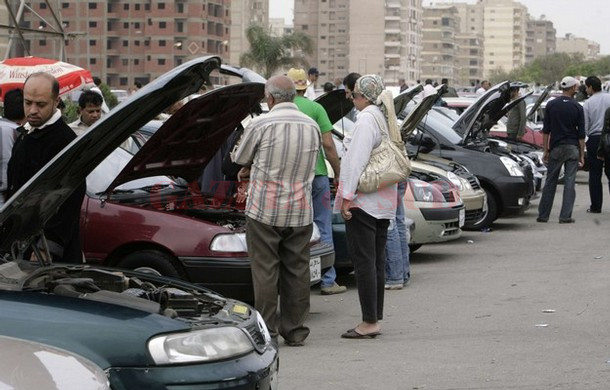 Customers examine car engines in a second-hand lot at the biggest open-air dealership in Cairo March 28, 2008. Hundreds of used cars are sold and bought weekly in the market. REUTERS/Nasser Nuri (EGYPT)