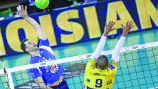 În meciul tur, Laurențiu Lică (stânga) și colegii săi au dat o replică bună lui Ngapeth (dreapta) și celorlalte vedete de la Modena (Foto: modenavolley.it)