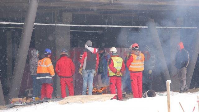 """Pe șantierul de la Stadionul """"Ion Oblemenco"""", muncitorii făceau cu greu față temperaturii de marți (Foto: Lucian Anghel)"""