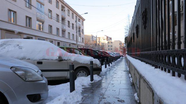 Parcările cu plată de pe Strada Romul (până unde se termină gardul primăriei) (Foto: Bogdan Grosu)