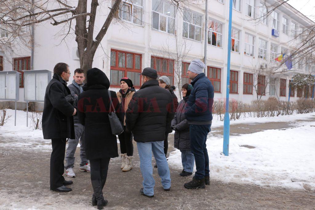 Părinții au discutat despre schimbarea profesorului și în curtea școlii, cu directorul Nicolae Radu.  (Foto: Lucian Anghel)