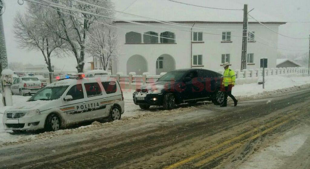 Mai multe echipaje de polițiști au ieșit în trafic pentru monitorizarea stării drumurilor, dar și pentru a coordona intervențiile utilajelor de deszăpezire. (Foto: IPJ Dolj)