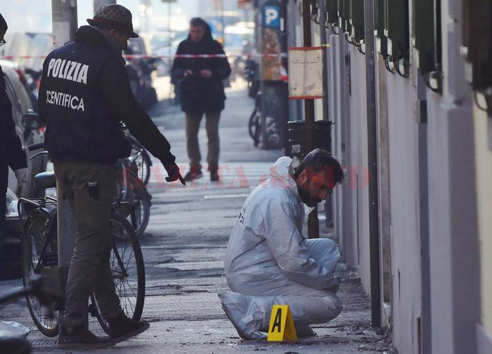 Agents of the Scientific Police to work after the explosion of a bomb, which wounded a blaster, in front of a library in Florence, Italy, 01 January 2017. ANSA/MAURIZIO DEGL'INNOCENTI