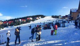 Turiştii s-au bucurat de iarnă la Rânca