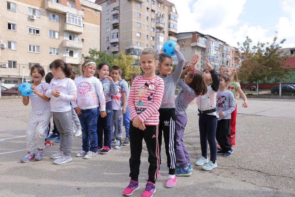 """Terenul de sport de la Școala gimnazială """"Mihai Eminescu"""" din Craiova."""