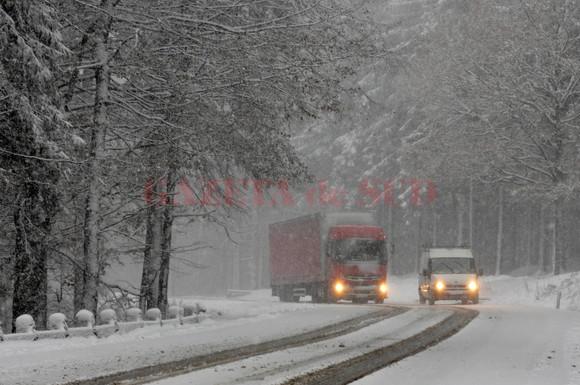 Un camion circula in conditii de iarna pe Drumul National 1A, in Pasul Bratocea, la limita dintre judetele Prahova si Brasov, marti, 6 decembrie 2011. In judetul Prahova, a nins abundent, drumarii iesind cu utilajele din noapte trecuta, cand temperaturile au coborat brusc de la 8 grade celsius la -1 grad. THEODOR PANA / MEDIAFAX FOTO