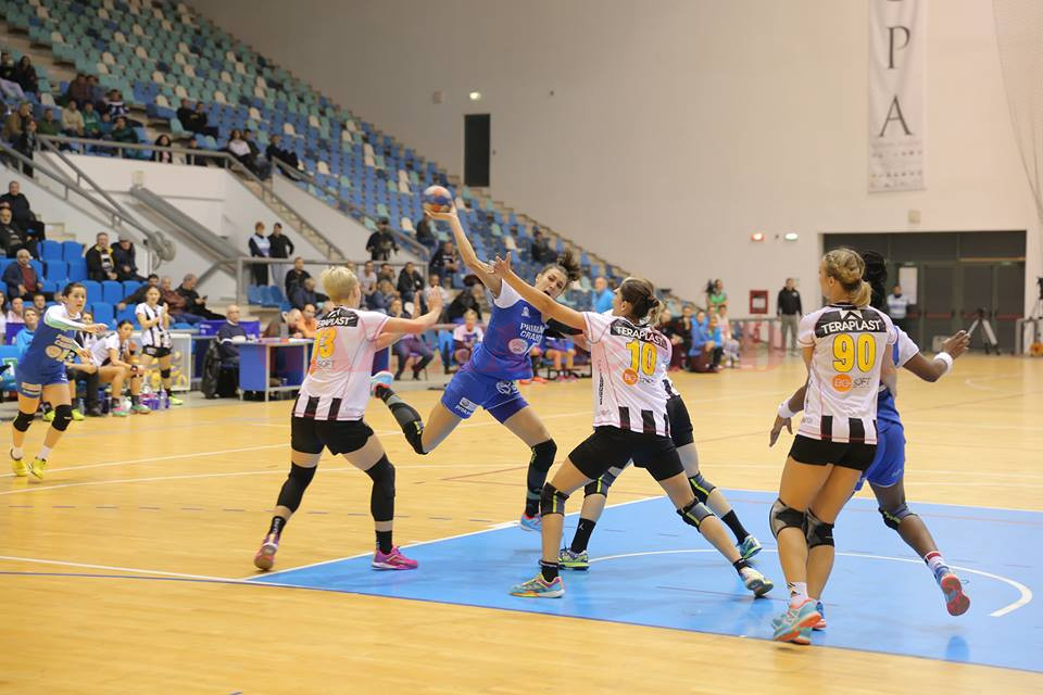 Cristina Zamfir (la minge) şi colegele sale au obţinut ieri a şaptea victorie din acest sezon (foto: arhivă GdS)