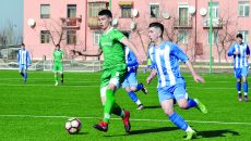 Jucătorii U17 ai Craiovei (alb-albastru) au fost surclasaţi de campionii Bulgariei (Foto: Alexandru Vîrtosu)