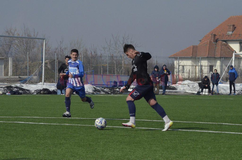 Bogdan Geanimu (la minge) a găsit de două ori drumul spre gol în amicalul cu Roșiori (Foto: Alexandru Vîrtosu)
