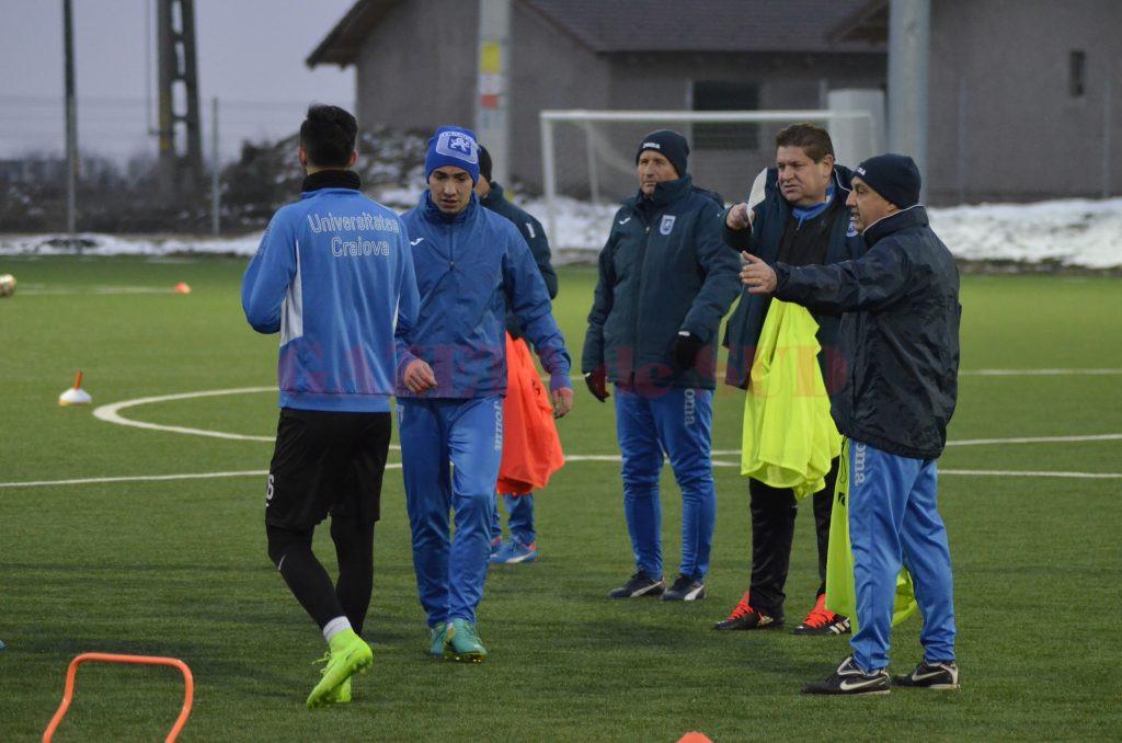 Gigi Mulțescu (foto, în centru) trebuie să pregătească foarte bine meciul cu Mediaș și să redreseze situația (foto: Alexandru Vîrtosu)