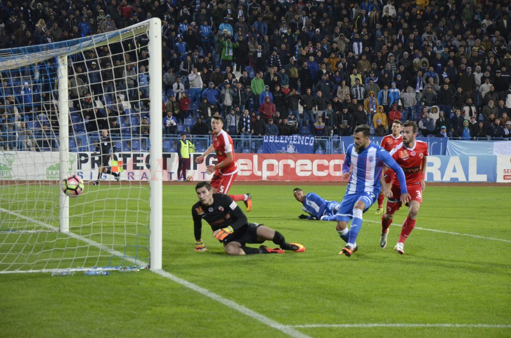 """În meciul tur, de la Severin, alb-albaştrii au fost superiori """"câinilor roşii"""" (Foto: Alexandru Vîrtosu)"""